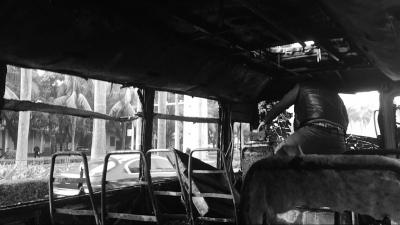 海口一中巴车自燃 司机乘客合力撞车门逃生