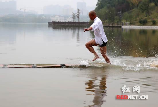 释理亮在水面上飞驰。