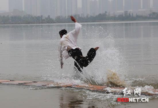 不少长沙的达人们现场挑战水上漂,但是成绩都并不理想。
