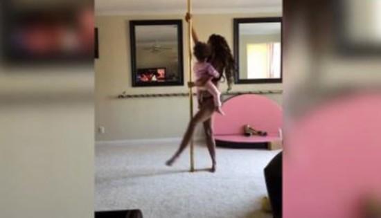 美国年轻母亲带2岁女儿跳钢管舞 遭网友批评