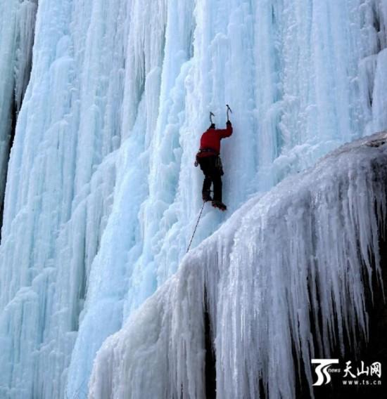 新疆蓝天救援队员壮观冰瀑上进行攀登训练