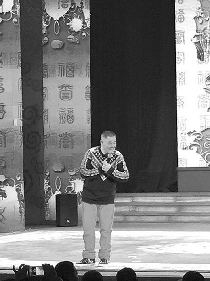 1月7日,赵本山突然亮相沈阳中街刘老根大舞台。 本报记者 陈玮 摄