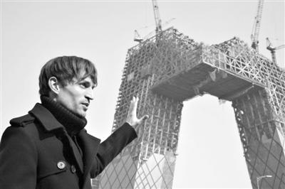 2008年2月,建筑师奥雷・舍人在中央电视台新址大楼的工地外。