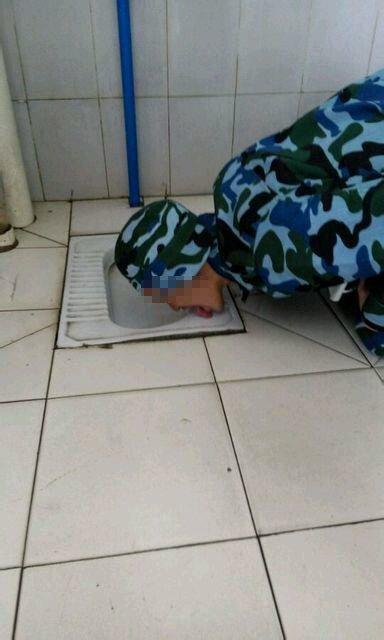 四川军训学生跪舔厕所坑位 校方:系学生恶搞