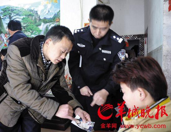 高先生拿著兒子被拐前的照片,對兒子說個不停
