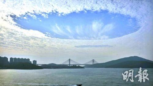 圖:香港天空出現奇景漫天白雲中突現大洞