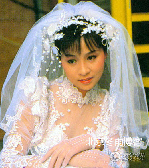 刘嘉玲早年穿婚纱青涩照