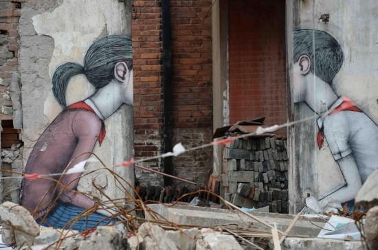 艺术家在上海一处拆迁废墟涂鸦走红网络