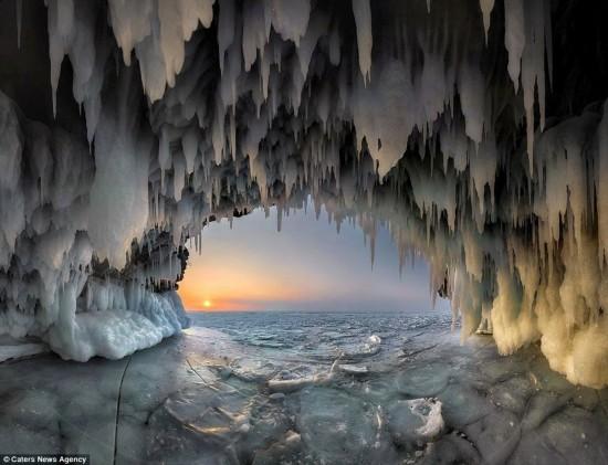 摄影师拍摄冰穴日出精彩瞬间