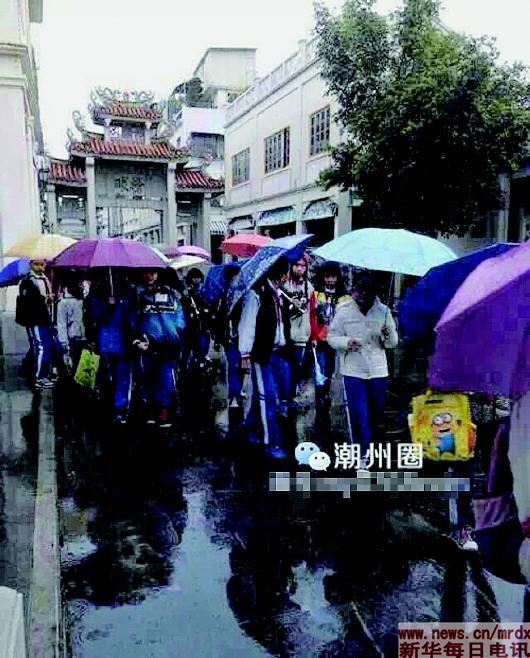 """1月中旬,广东潮州湘桥区接受"""" 城南小学为让班级人数达标,组织"""