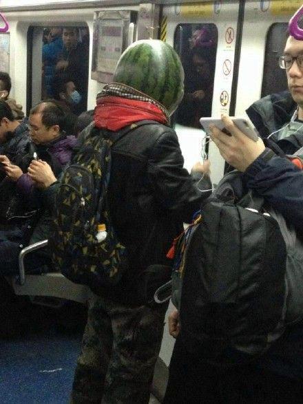 北京一男子戴西瓜头套乘地铁 被警察带下车(图)
