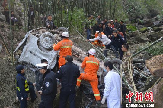 云南水富载客面包坠崖2人遇难1名被困者成功获救