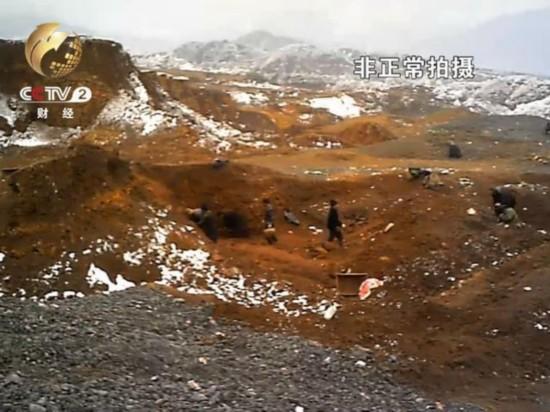 平整山头变丘陵 村民冒雪采挖玛瑙