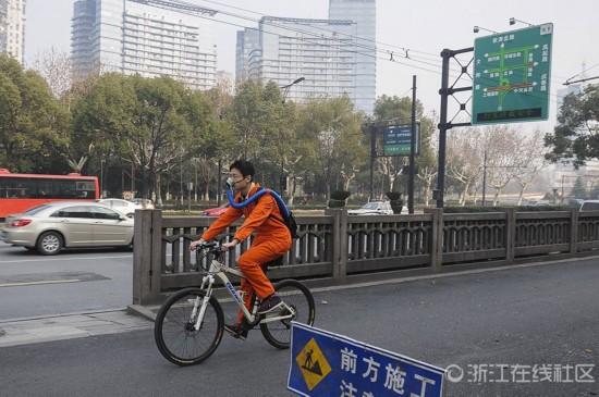 牛人自制防雾霾神器现身杭州街头