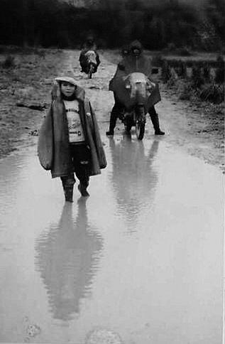 文昌:上学路走得好艰辛 晴天多灰雨天满身泥