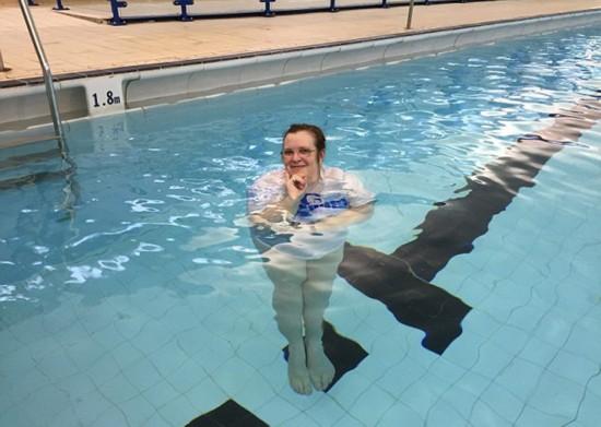 """塔克宣称自己是""""人体浮标"""",因为她能直立水中而不下沉。(网页截图)"""