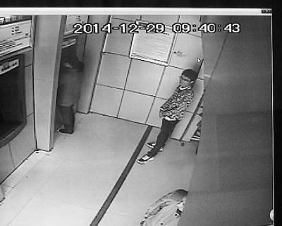海口女子ATM机转账忘取卡 男子尾随盗取3千