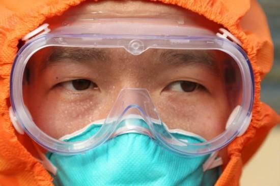 30多度的高温、密封的防护装具,让吴晓波全身湿透   对中国人民解放军第二批援利医疗队许多队员来说,从1月13日出征,短短10天经历了人生很多第一次:第一次出国、第一次到非洲,第一次坐二十多个小时的飞机,第一次直面生物安全等级4级的烈性传染病以下就是3名队员讲述的踏上疫区后的第一次,用他们的话讲:人生大起大落、跌宕起伏,真是太精彩了。   连建奇:第一次与埃博拉患者面对面   连建奇,第四军医大学唐都医院传染科副主任。2014年12月29日前的3个月,他一直在负责赴西非公民确诊埃博拉患者收