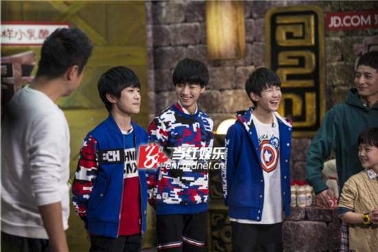 三人互相调侃哈哈大笑。