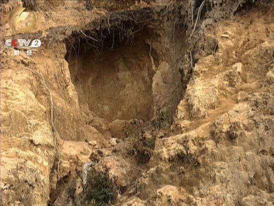 盜採者在山體上打出一個個礦洞山體滿目瘡痍