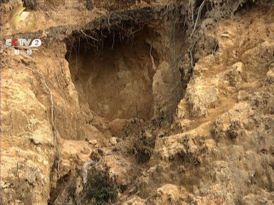 云南上万人冒死盗采黄龙玉挖出的盗洞长达百米(图)