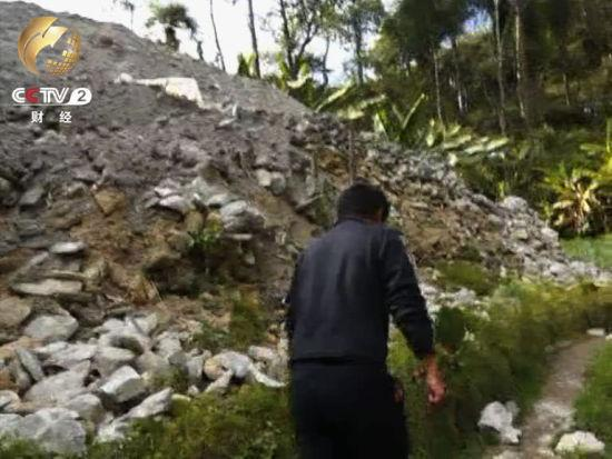 接近10米的石料堆白花花的花崗岩暴露在外