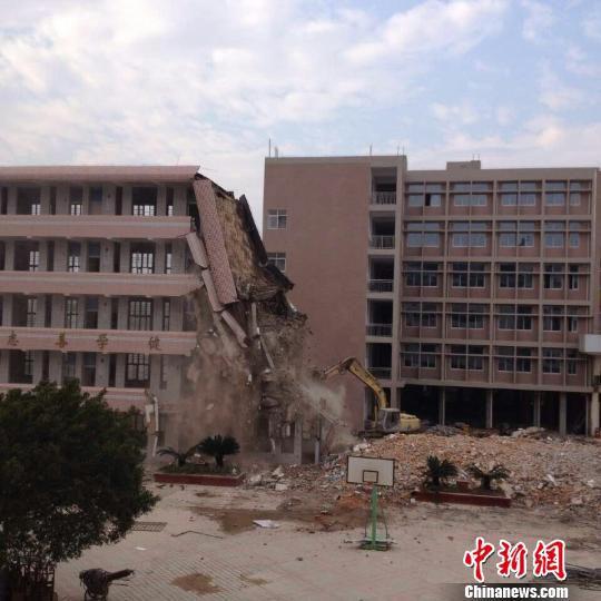 传福州连江县实验小学教学楼倒塌官方:正常拆除