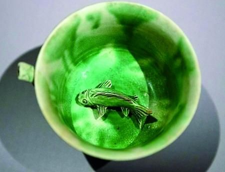 """从""""黑石号""""沉船上打捞起的白釉绿彩鱼底吸杯"""