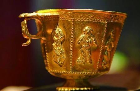 八棱胡人伎乐金杯――杯面上的舞伎长发飞扬,有胡人之貌。