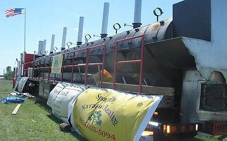 美国夫妇出售23米长巨型烤炉一次可烤4吨肉(图)