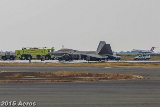 美军F-22降落刹车过热起火 起落架当场折断