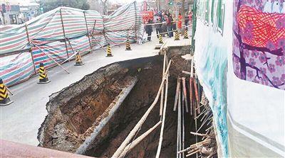 路面塌陷的大坑和正在施工的93号院相邻