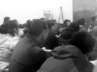 学生们正在补课。