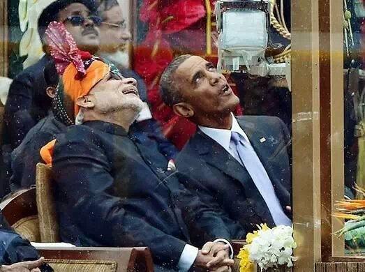 奥巴马嚼口香糖看印度阅兵 对摩托杂技 竖大拇高清图片