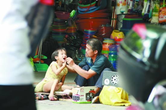 残疾女童随养父乞讨 十年间多次救助未果(图)
