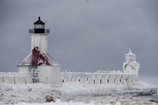 美暴风雪后码头奇特雪景