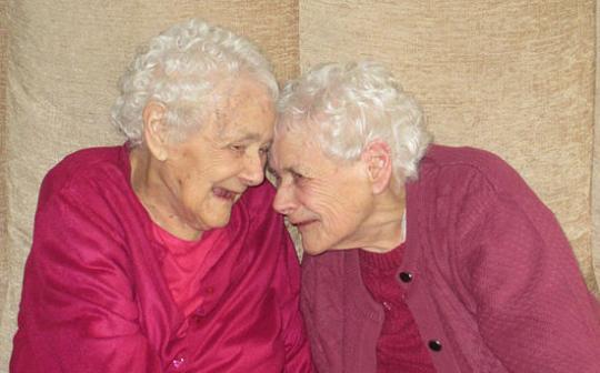 如膠似漆!英103歲雙胞胎姐妹一直形影不離