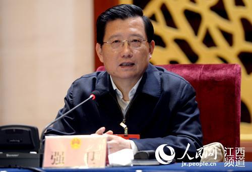 江西省委书记强卫在赣州代表团听取代表发言后表示,自己常常不带随从、不带警卫到村里和老百姓聊天。