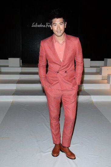 2014春夏男装周――高以翔编辑点评:此次其穿着由品牌创意总监马西兰米诺・乔尼蒂(Massimiliano Giornetti)设计的2013春夏系列桃红色暗格纹简约双排扣西服套装,配以同色系衬衫及棕红色系带牛津鞋出现在秀场的第一排,也再次验证了品牌与这位影星间的深厚情谊。