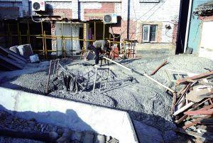 目前塌陷大洞已用水泥灌注填补,周边倒塌房屋居民被安置在附近酒店。