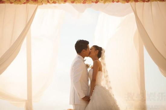 陈思诚佟丽娅大溪地举行婚礼 新人甜蜜接吻