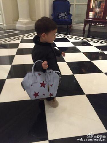 儿子帮忙拿包霍思燕:他有奔赴时装周的感觉(图)