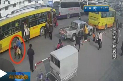 两名女子公交上起纠纷 下车脱衣互殴十分钟(图)