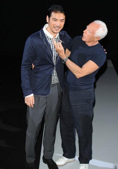 2013春夏男装周――金城武编辑点评:在2013米兰男装周上,金城武出现在Giorgio Armani秀场,他虽不如从前那般年轻帅气,却增添了几分成熟稳重,着装也是优雅得体又时尚。