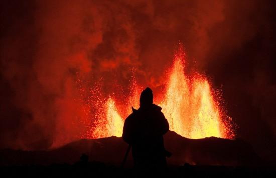 大自然的力量:火山喷发壮观美景