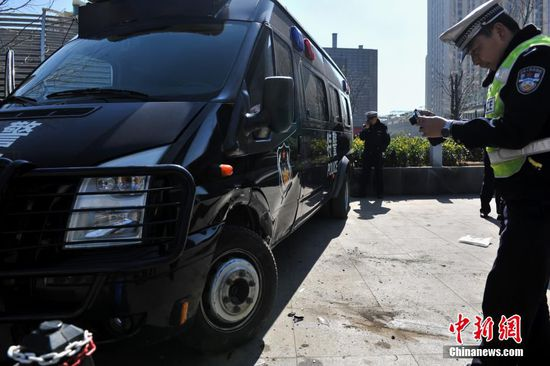 1月29日,昆明街头一辆小轿车突然撞到远在街边停放的特警执勤车辆,引来民众围观热议,事故原因仍在调查中。中新社发