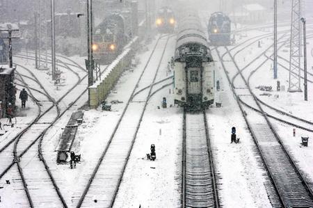 夜间出现降雪以后,我们扫雪人员及时到线路上,主要是一些道岔,进图片