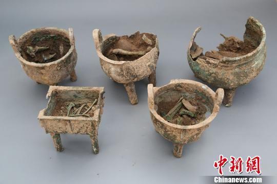 出土的铜鼎及其牲骨. 陕西省考古研究院 摄