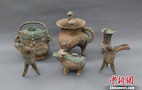 出土部分随葬铜器 陕西省考古研究院 摄
