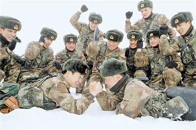 硕士营长博士教训员与士兵同训同苦练成领先(图)